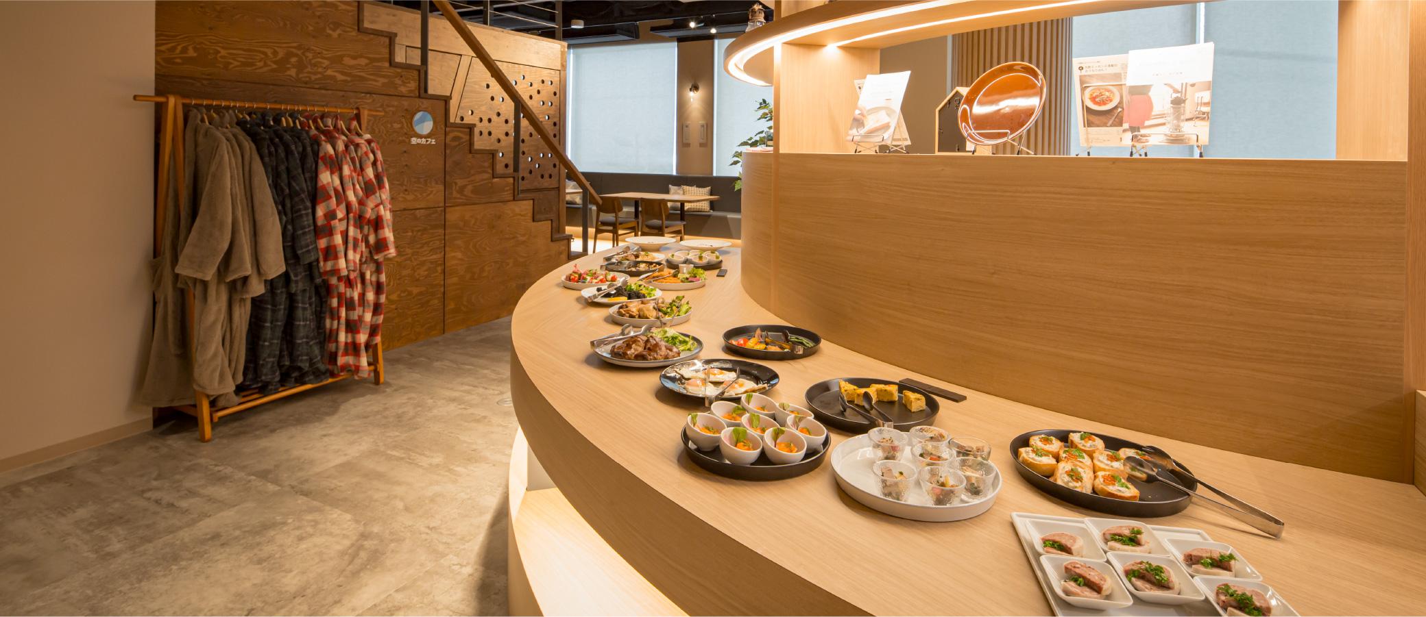空のカフェ 炭鉱のレストラン カウンターに並ぶ料理