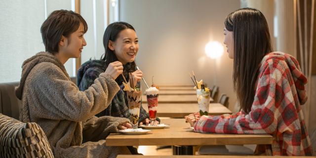 スイーツを食べる女性 笑い合う女性3人